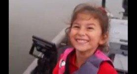 Avec sa jolie canne à pêche de Barbie, la petite Avery réussit une très jolie prise.