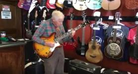 Même à l'âge de 81 ans sa passion pour la guitare électrique ne la jamais quitter